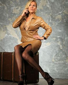 Comtesse Monique (@comtessemonique) • Instagram-foto's en -video's Elegantes Outfit Frau, Crazy Outfits, Fetish Fashion, Videos, Leather Pants, Bodycon Dress, Feminine, Costumes, Pure Products