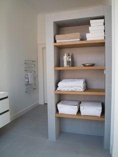 Verkoopstyling tip 6: Haal je persoonlijke spullen uit de badkamer. Geef ze een ander plekje of berg ze op in mandjes. Zorg voor een frisse geur. En nieuwe witte handdoeken zijn een absolute aanrader!