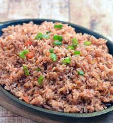 Binagoongan Fried Rice made with day-old rice and pungent shrimp paste. Full-flavored and delicious, it's best enjoyed with slices of juicy tomatoes and tart mangoes. Pea Recipes, Shrimp Recipes, Rice Recipes, Beef With Oyster Sauce, Filipino Recipes, Filipino Food, Filipino Pancit, Kitchens