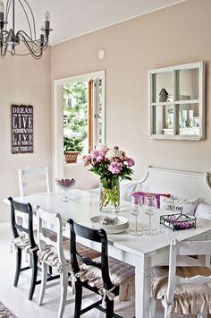 Pöydän takana oleva vanha sivustavedettävä sohva on entisöity. Yläpuolella olevat vanhat ikkunanpokat on muutettu peiliksi. Talonpoikaistuolit ja tumma pöytä maalattiin.