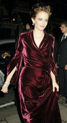 Eva Green in Velvet Trendy Dresses, Nice Dresses, Fashion Dresses, Winter Gowns, Belle Silhouette, Velvet Fashion, Eva Green, Green Velvet, Beautiful Outfits
