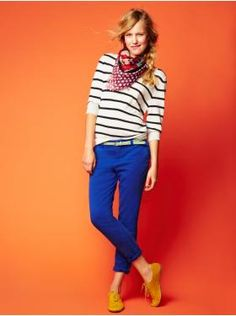 Casual look with royal blue pants. Bright Pants, Blue Pants, Blue Trousers, Royal Blue Jeans, Cobalt Jeans, Colored Pants, Colored Denim, Vogue, Striped Tee