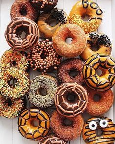 The talented Hollie Baker.rebel's delightful donut display just gave our Halloween spirit a serious boost!🍩🎃 (Photo and donuts: Hollie Baker.rebel, Source by sakuramorales Halloween Donuts, Halloween Chic, Pasteles Halloween, Spirit Halloween, Holidays Halloween, Halloween Treats, Happy Halloween, Halloween Party, Halloween Season