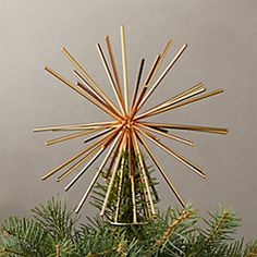 Iron wire star tops the tree with a burst of energy and beauty. Graphic and modern, shiny gold tree topper is a perfect finishing touch for any christmas tree. Looks stunning from every angle. Modern Christmas Decor, White Christmas, Christmas Diy, Christmas Decorations, Diy Christmas Tree Topper, Minimal Christmas, Christmas Aesthetic, Holiday Wreaths, Natural Christmas Ornaments