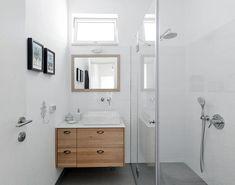 אם כבר מתמקמים בלב אזור כפרי, לא שווה לנסות להכניס פנימה חלק מהנוף הירוק? פטיו פנימי, שמפריד בין החללים הציבוריים לפרטיים, עושה בדיוק את זה - ובצורה מושלמת Bathroom Toilets, Washroom, Small Bathroom, Kids Bath, Double Vanity, Room Decor, House Design, Cool Stuff, Interior