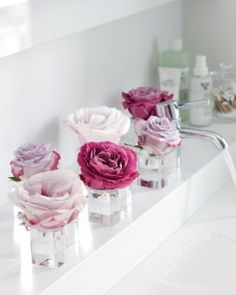 Cut down single roses and place them in short, clear vases. Mix it up with different sizes and styles for a fresh take on arranging! (image) …