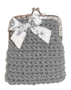 Porta moedas feito em linha barbante na côr cinza. A decorar tem um laço em tecido com bolinhas e fecha com o chamado fecho da avó. Ideal para guardar moedas ou pequenos cartões.  Tamanho aproximado: 8cm x 9cm Preço: 3€