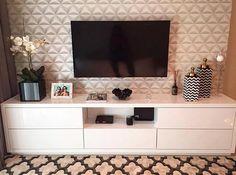 Detalhes que encantam... Móvel em linha reta e papel de parede e tapete geométricos. Amei Projeto CGA Arquitetura Me encontre também no @pontodecor {HI} Snap:  hi.homeidea  www.homeidea.com.br #bloghomeidea #olioliteam #arquitetura #ambiente #archdecor #archdesign #hi #cozinha #homestyle #home #homedecor #pontodecor #homedesign #photooftheday #love #interiordesign #interiores  #picoftheday #decoration #world  #lovedecor #architecture #archlovers #inspiration #project #regram #canalolioli…