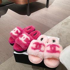 Jordan Shoes Girls, Girls Shoes, Zapatillas Louis Vuitton, Sneakers Fashion, Fashion Shoes, Cute Slides, Shoes Flats Sandals, Flat Sandals, Gladiator Sandals