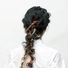 全体にしっかりとしたカール感をつけたのち顔まわりをタイトロープで後ろで2つに編み込む。それと同時にリボンを絡めながら編みこんでいくことがポイントです! Braided Hairstyles Tutorials, Unique Hairstyles, Up Hairstyles, Pretty Hairstyles, Hair Inspo, Hair Inspiration, Runway Hair, Hair Arrange, Editorial Hair