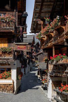 Grimentz im Wallis im Val d'Annivers ist ein echtes Juwel und ein Ausflugstipp für die Schweiz. Zermatt, Wallis, Charming House, Switzerland, Street View, Travel, Houses, Hiking Trails, Beautiful Landscapes