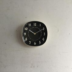 Russel Wright(ラッセルライト)の壁掛け時計|ラッセルライトがデザインしたチャコールのアメリカヴィンテージの壁掛け時計です!ラッセルライトは食器のデザインで有名です。そのお皿をクロックフェイスに仕上げて色も4色のラインナップでした。その中のチャコール色。しなやかな曲線とセラミックのモダンな質感が素敵ですね!!ご自宅のにはもちろん、カフェやレストラン、洋服屋さん、どこでも目に止まる素敵なインテリアとして飾ってください! Russel Wright, Thing 1, Gifts For Office, Contemporary, Modern, Clock, Bronze, Antiques, Metal