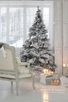 Et pourquoi pas un #sapin totalement #blanc pour #Noël ? http://www.m-habitat.fr/tendances-et-couleurs/deco-de-fete/comment-decorer-son-sapin-de-noel-3858_A