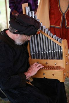 The organetto was one of the most popular instruments of the thirteenth through sixteenth centuries. Relatively light in weight, the instrument, when equipped with a sling, could be carried about and played in religious processions. Renaissance Music, Medieval Music, Musica Celestial, Motif Music, Homemade Instruments, Early Music, Folk Music, Classical Music, Music Stuff