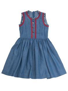Das Dirndl ist aus Jeansstoff! Zum Indigoblau bildet die rote Trachtenborte im Oberteil einen hübschen Kontrast. Indigo, Cotton Frocks, Summer Dresses, Fashion, Dressmaking, Dirndl, Shell Tops, Sewing Patterns, Scale Model