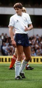 Recherche de septembre 1982 Gary Mabbutt pendant le jeu de Tottenham Hotspur v Nottingham Forest Football sur son épaule à White Hart Lane