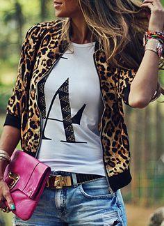 Bomber en un estampado de moda. Combinado con camiseta básica y jeans para un resultado más informal.