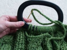 Tutorial on attaching handles to #knit purses. So easy! Para mi bolso de trapillo!
