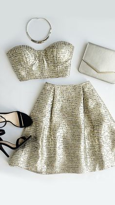 usted puede usar este vestido para una fiesta. este vestido tiene dos pedazos . el vestido es oro. el material es muy bonito . Me encanta este vestido porque es brillante.
