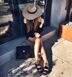 Street style da blogueira Kristina Bazan com look todo preto e birkenstock.