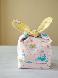 Spring is just around corner and this sweet Bunny Snack Bag designed by Minki Kim is perfect for holding sweet treats or a simple snack. Furoshiki, Easter Fabric, Bunny Bags, Snack Bags, Love Sewing, Sewing For Kids, Easter Crafts For Kids, Craft Stick Crafts, Spring Crafts