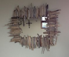 How to create your own driftwood mirror frame. Driftwood art is cheap, easy and fun to make. Driftwood Furniture, Driftwood Mirror, Driftwood Crafts, Diy Mirror, Driftwood Ideas, Wooden Decor, Wooden Diy, Aluminum Blinds, Heart Diy