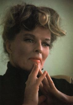 Katharine Hepburn famously shunned the Hollywood publicity machine, and refused to conform to societal expectations of women. She was outspoken, assertive, athletic, and wore trousers before it was fashionable. Katharine Hepburn, Divas, Vintage Hollywood, Classic Hollywood, Actrices Hollywood, Classic Films, Famous Women, Best Actress, Hollywood Stars
