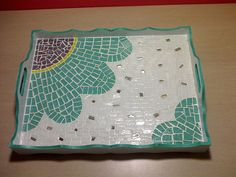 Bandeja!! Mosaic Tray, Mosaic Tiles, Mosaic Crafts, Mosaic Projects, Mosaic Designs, Mosaic Patterns, Stone Mosaic, Mosaic Glass, Mosaic Flower Pots
