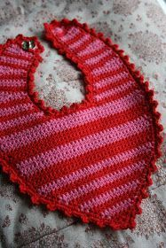 strik bed elsk: page has to be translated but it is fairly easy to understand ~ FREE - CROCHET Crochet Baby Bibs, Crochet For Boys, Crochet Clothes, Baby Knitting, Free Crochet, Free Baby Patterns, Crochet Patterns, Baby Barn, Bib Pattern