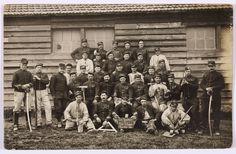 """Groupe de soldats avec une pancarte """"Les travailleurs de Bois-L'evêque, classe 1907-1908"""". Bois-L'Evêque est une forêt domaniale située dans le département du Nord. Contribution de M. Jean-Claude Ducastel."""