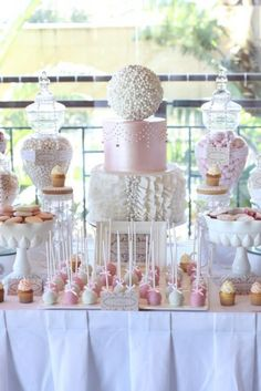 Pink and White Lace and Pearls Dessert Table. Exemple de présentation de table a gâteaux.