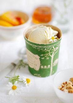 Helado de manzanilla y miel con avellana y melocotón | Chamomile and honey ice-cream served with hazelnuts and peaches · ChicDecó
