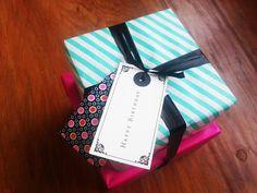 Kado met turqouise gestreept en roze inpakpapier, tape, stof van Studio Saartje, labels en lint. www.liekevanderbiezen.nl
