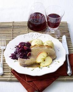 Unser beliebtes Rezept für Schweinebraten mit Rotkohl und Klößen (bei Mutti essen) und mehr als 55.000 weitere kostenlose Rezepte auf LECKER.de.