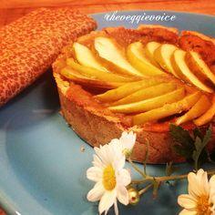 Se tudo na vida que o coração deseja fosse tão simples quanto esta torta de maçã...Fiquei imaginando um cheirinho de torta de fazenda vindo da cozinha. Mas o que tinha vindo da cozinha aqui de sp era só uma música linda inspiradora. (Só eu que tô viciada na música nova da Adele? ) Então fui fazer a minha e levou só 5 min pro cheirinho aparecer de verdade. Massa: misturei 2cs farinha de coco  1cs farinha grão de bico  1cs farinha linhaça  2cs azeite  1cs melado de cana  pouquinho de água pra…