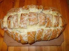 Kenyér  bevagdos, fűszeres olvasztott vajjal meglocsol, megtöm minden félével, tetejére sajt, sütőbe 15-20 perc.