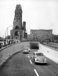 BERLIN 1960. Am 29. Mai fahren zum ersten Mal Autos durch den neu eroeffneten Strassentunnel am Breitscheidplatz.