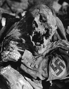 Descomposición de cadáver del hombre con la banda para el brazo esvástica en Dresden, Alemania, después de la bomba contra incendios durante la Segunda Guerra Mundial.