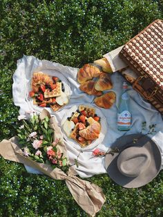 Croissants are not French - - Picnic Date Food, Picnic Time, Picnic Ideas, Comida Picnic, Date Recipes, Croissants, Aesthetic Food, Food Porn, Food And Drink