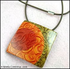 pendant in mica shift by Noelia Contreras Polymer Clay Kunst, Polymer Clay Tools, Fimo Clay, Polymer Clay Creations, Polymer Clay Necklace, Polymer Clay Pendant, Zentangle, Clay Design, Clay Tutorials