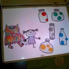 El Monstre de colors en una taula de llum