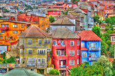 As cores que dão charme e beleza às cidades ao redor do mundo. Valparaíso (Chile)   Cidades coloridas oferecem uma atmosfera divertida e descontraída. As cores, intensas ou em tom pastel, se alteram a cada esquina, a cada muro, a cada casa. O resultado é um extraordinário impacto visual, fazendo destas cidades verdadeiras paletas urbanas.