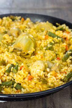 RECETA CASERA | Aprende a hacer una sabrosa paella de verduras. Es un plato vegano, muy fácil de hacer y que encanta a toda la familia. Vegetarian Recipes Easy, Rice Recipes, Veggie Recipes, Cooking Recipes, Healthy Recipes, Rice Dishes, Vegan Dishes, Veggie Main Dishes, Colombian Food