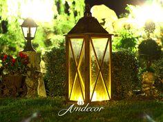 Lanterns at night in a charming garden. Lampion drewniany brązowy w uroczym ogrodzie nocą.
