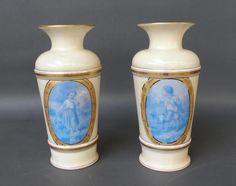 Paire de vases en opaline blanche à décor de médaillons représentant