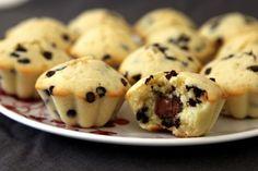 recette mandises mc do La recette (pour 10 mandises environ) : Fouetter 2 oeufs avec 100g de sucre. Verser 110g de beurre fondu sans cesser de remuer, ajouter 10cl de lait mélangé à un yaourt nature. Ajouter 250g de farine, 1/2 sachet de levure et une pincée de sel. Ajouter des pépites de chocolat et une moitié de cac d'arôme de vanille. Remplir les moules au 3/4, déposer une boulette de nutella préalablement congelée 10 minutes (une astuce, la rouler dans un peu de farine pour ne pas…