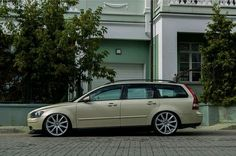 looking sleek all lowered down. Volvo T5, Volvo Wagon, Shooting Brake, Car Manufacturers, Cars And Motorcycles, Bike, Green, Inspiration, Design