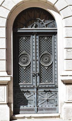 Seitentür zum Museo Revoltella in Triest  ... #door #triest #friaul #tür #museo #trieste