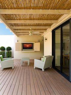 Deck estilo living com televisão