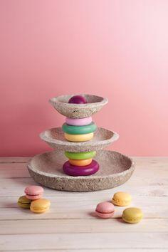 Farbenfrohe Etagere: ein Blickfang für jeden gedeckten Tisch